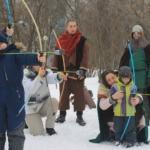 дети стреляют из лука
